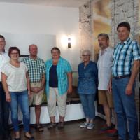 Firmeninhaber Sandra und Michael Eckl (2. und 3. v.l.), Ortsvereinsvorsitzender Roger Hoffmann (2. v.re.) und SPD-Mitgliedern.
